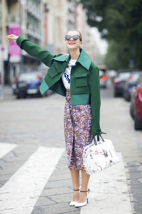 jupe-portefeuille-dessin-floral-veste-verte-super-originale