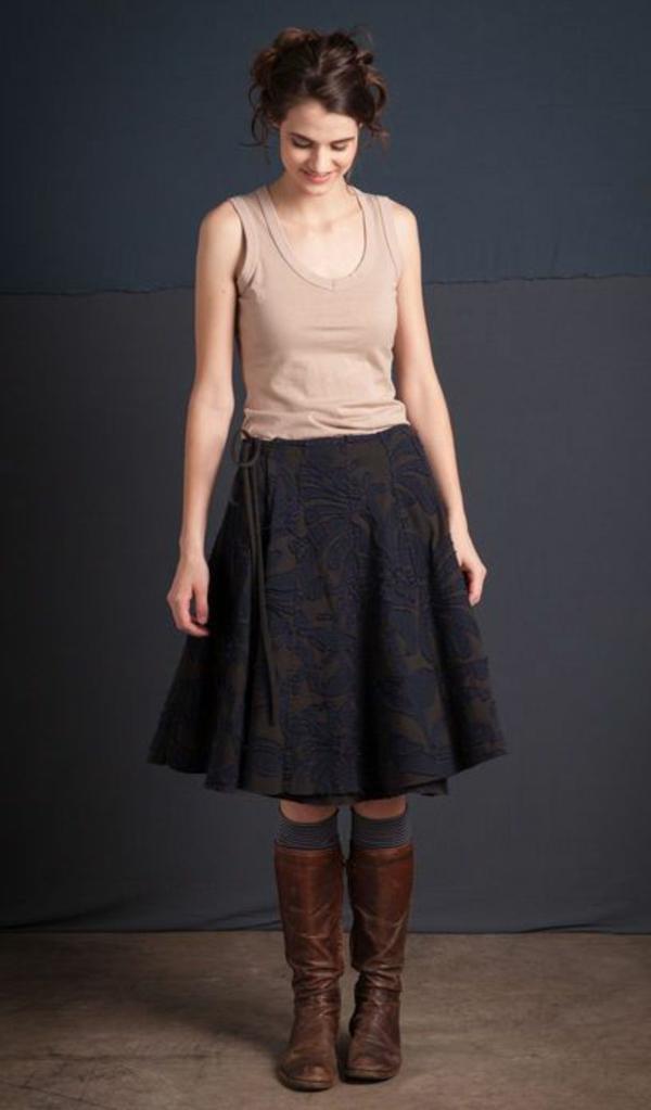 jupe-portefeuille-noire-avec-motifs-floraux-bottes-en-cuir-marron