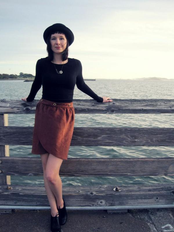 jupe-portefeuille-orange-et-blouse-noire