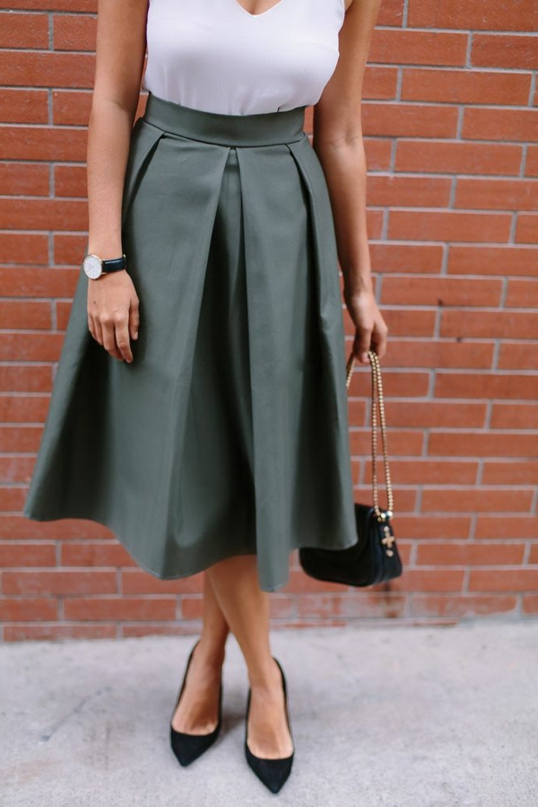 jupe-trapeze-verte-chaussures-a-talons-noirs-sac-bandoulière-femme-mode