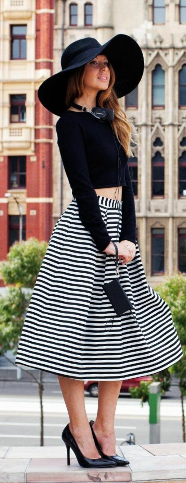 jupes-mi-longues-aux-rayures-blanc-noire-chapeau-noir