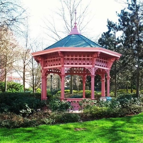kiosque-de-jardin-en-bois-rose-pelouse-verte-arbres-cour-maison