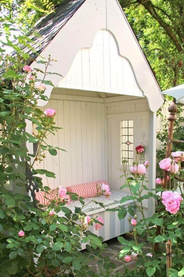 kiosque-en-bois-blanc-roses-fleurs-jardin-vert