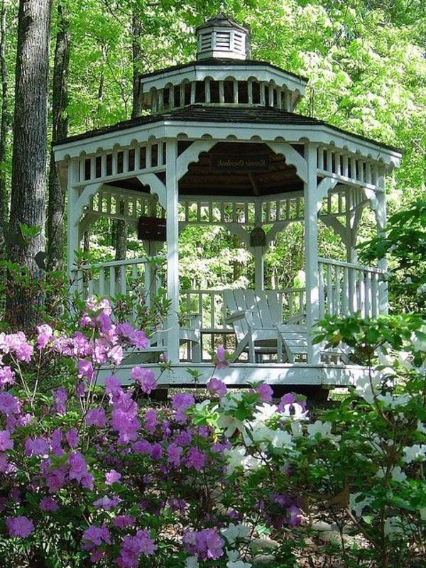 kiosque-en-bois-dans-la-foret-fleurs-jardin-verte