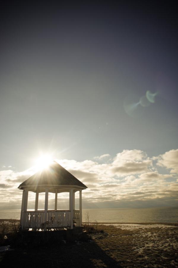 kiosque-en-bois-sur-la-plage-soleil-coucher-de-soleil