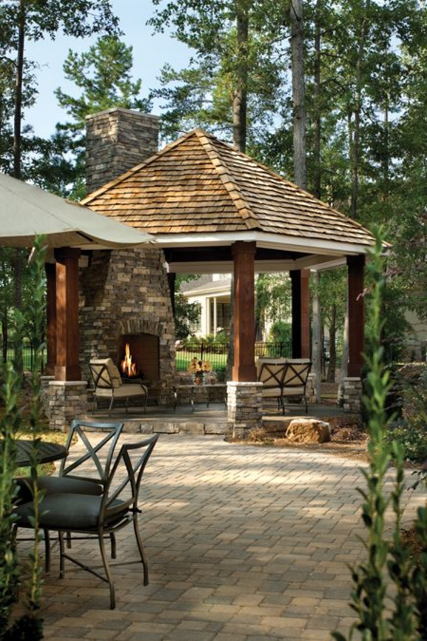 kiosque-en-pierre-jardin-avec-cheminée-extérieur-chaises-table-de-jardin