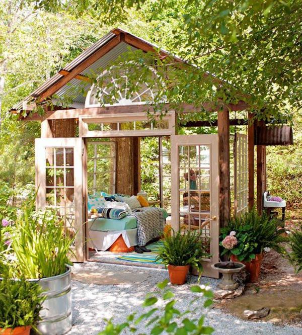 kiosque-insolite-en-bois-avec-toit-verre