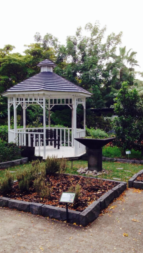 kiosque-jardin-blanc-cascade-décorative-pelouse-jardin-cour-maison