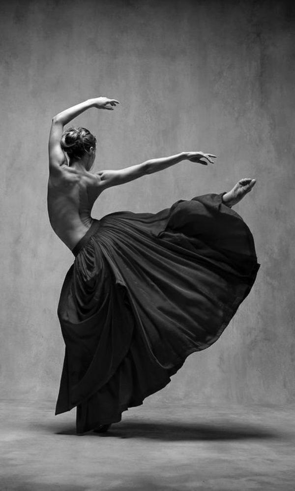 la-danseuse-ballet-corps-sportive-jupe-longue-photo-noir-et-blanc