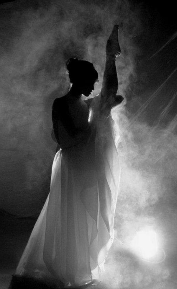 la-danseuse-photographie-noir-et-blanc-ballet-robe-scene