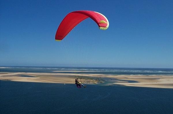 la-dune-du-pilat-jolis-sports-au-dessus-de-la-mer