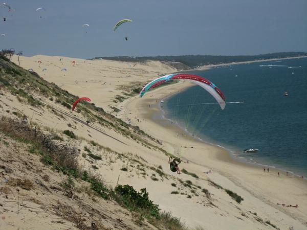 la-dune-du-pilat-sport-au-dessus-de-la-mer