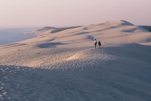 la-dune-du-pilat-une-lueur-pâle-au-dessus-de-la-dune