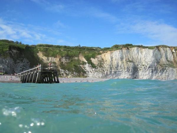 la-mer-à-Veules-les-rochelles-bleue-eau