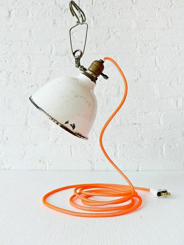 lampe-ancienne-orange-blanc-en-fer-mur-blanc-table-de-chevet