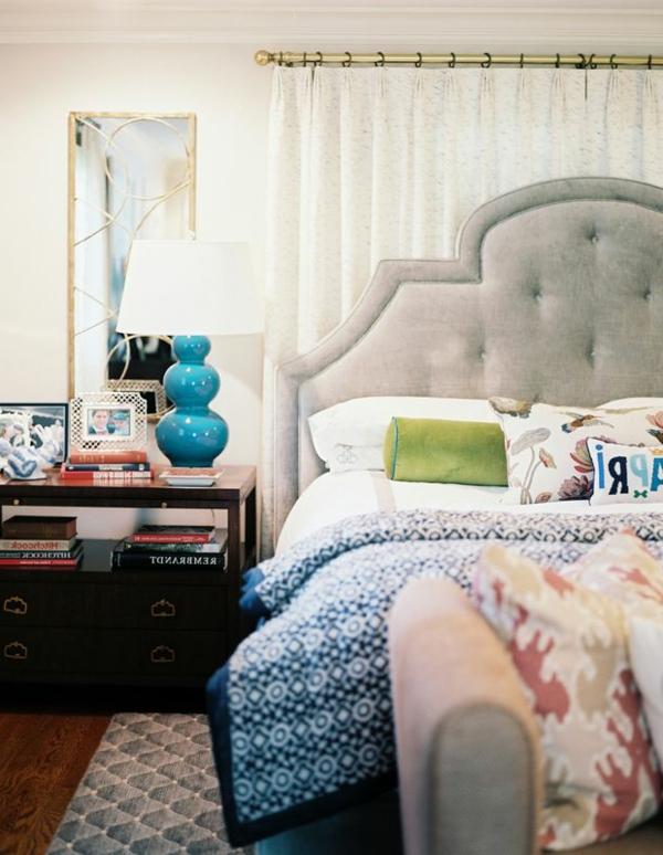 lampe-de-chevet-design-bleu-grand-lit-coussins