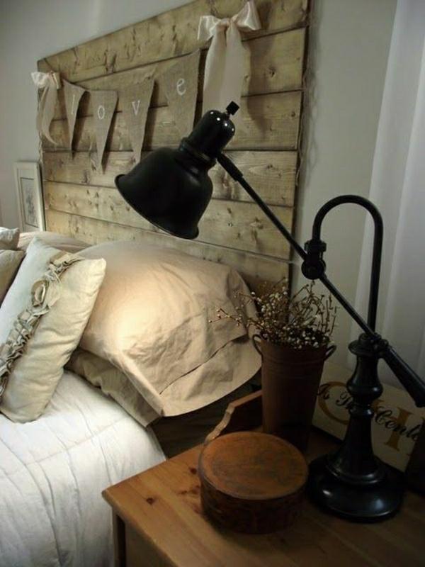 lampe-de-chevet-pour-lecture-en-fer-lit-avec-tete-de-lit-en-bois