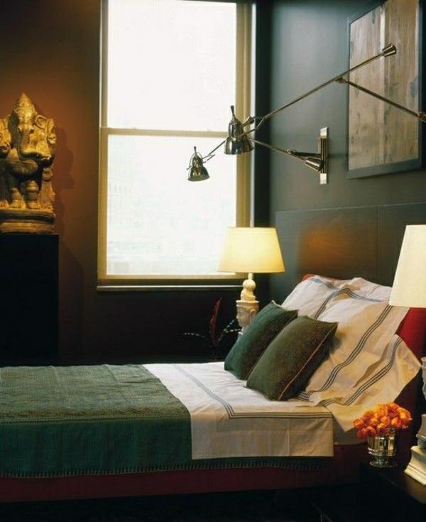 lampe-de-lecture-a-poser-linge-de-lit-chambre-a-coucher-murs-noirs-fleurs