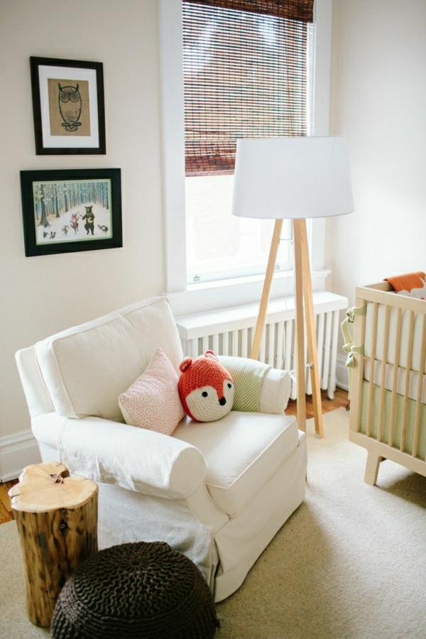 lampe-de-lecture-blanche-enfant-sol-en-parquet-lit-d-enfant-fauteuil-blanc