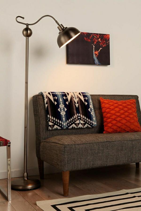lampe-de-lecture-canapé-brune-coussins-colorés-rouge-peintures-murales