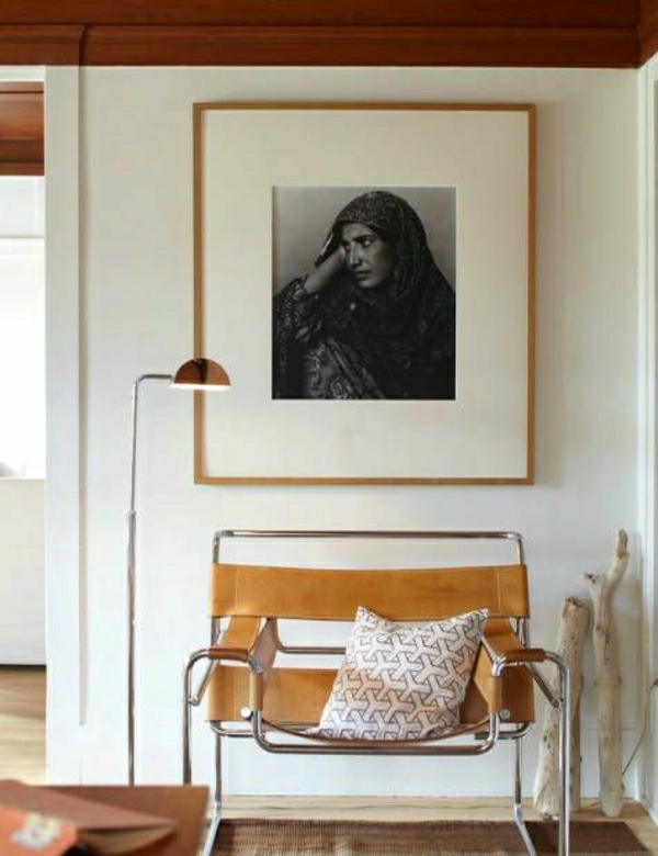 lampe-de-lecture-mur-avec-peinture-femme-chaise-insolite-salon