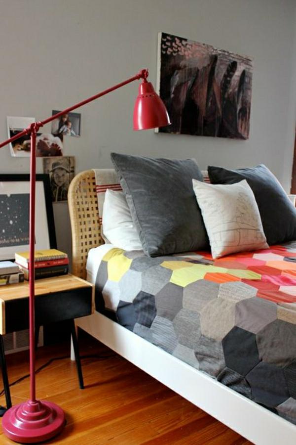 lampe-de-lecture-rouge-en-fer-linge-de-lit-coloré-tete-de-lit-parquet-bois