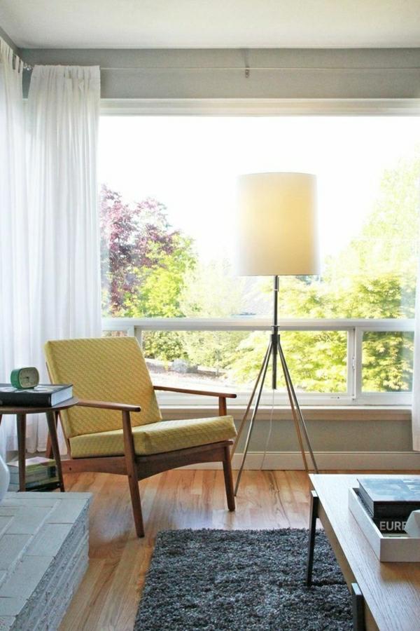 lampe-de-lecture-tapis-gris-sol-en-parquet-fenetre-grande-rideaux-longs-blanc