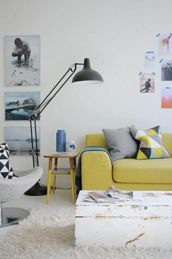 lampe-en-fer-pour-lecture-canapé-jaune-coussins-colorésmurs-blanc-peinture