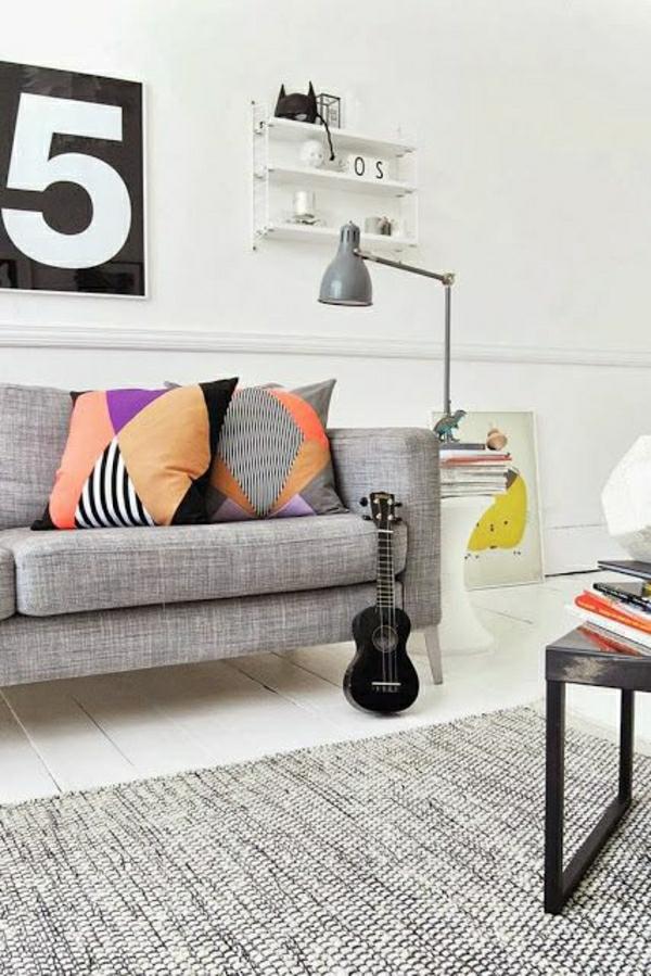 lampe-liseuse-gris-en-fer-sol-en-parquet-blanc-table-en-bois-coussins