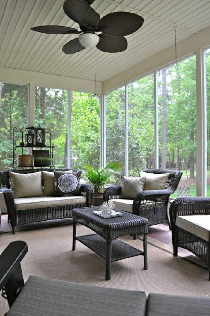 lampe-plafond-design-ventilateur-véranda-avec-murs-fenetres-dans-le-foret