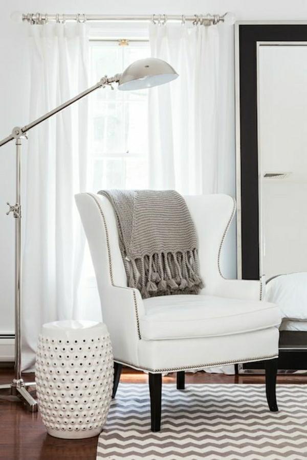 lampe-pour-lecture-fauteuil-blanc-sol-en-lin-tapis-coloré-blanc-beige