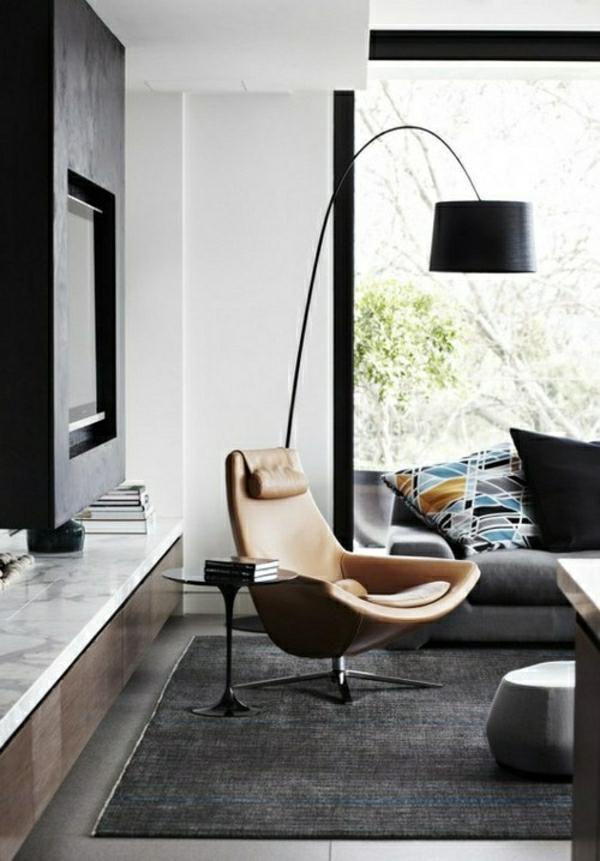 lampe-suspendue-noire-pour-lire-chaise-en-cuir-marron-canapé-noir