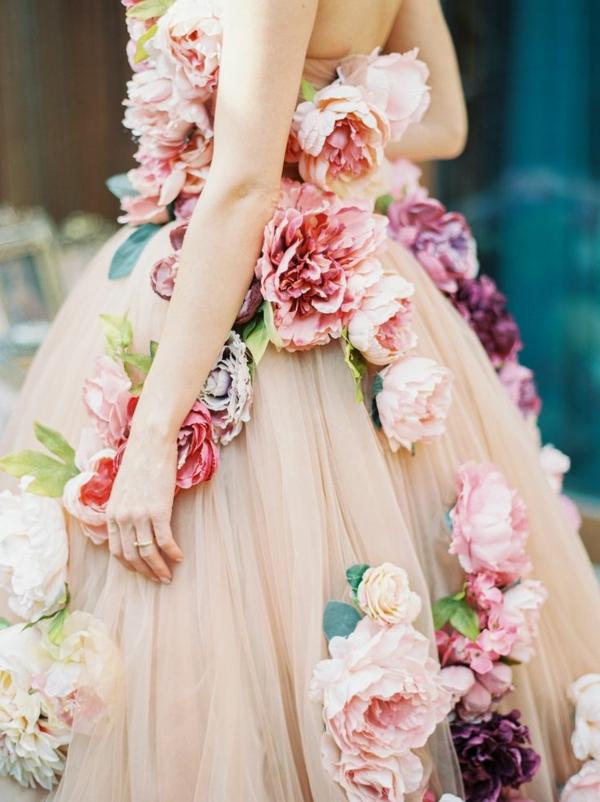 le-jour-du-mariage-avec-une-robe-rose-adulte-fleurs