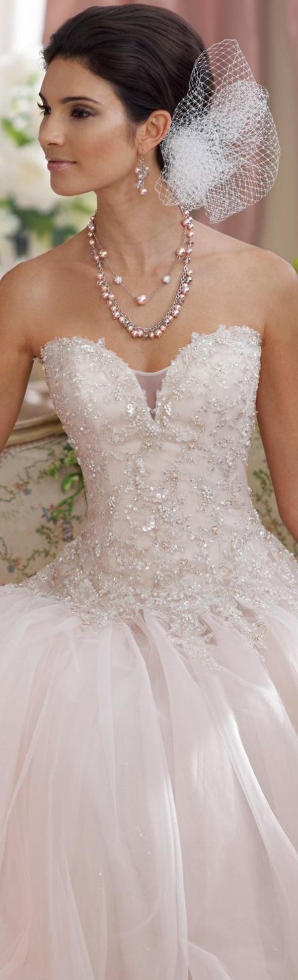 le-jour-du-mariage-avec-une-robe-rose-bijou