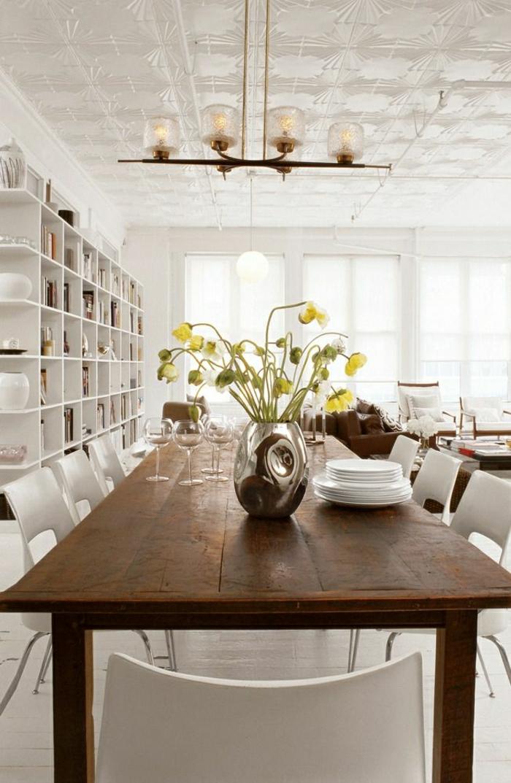 les-chaises-plastiques-blanches-fleurs-salle-de-séjour-table-en-bois-cuisine