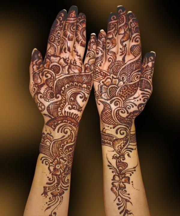 les-deux-mains-peintes-avec-henne-motifs