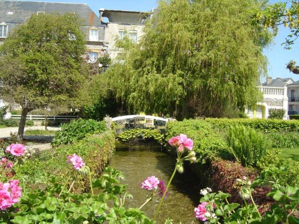 les-rues-à-Veules-les-Roses--fleuve-pont-fleurie