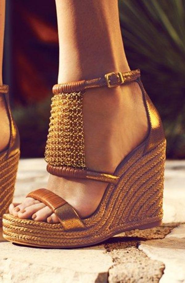 les-sandales-compensées-marron-en-or-femme-mode-ete