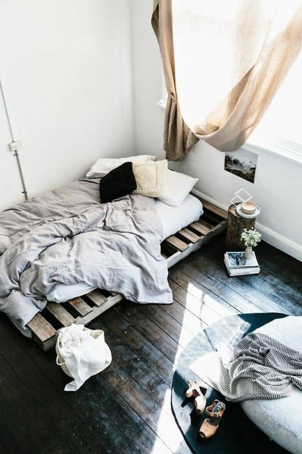 lit-en-palette-chambre-à-coucher-sol-en-planchers