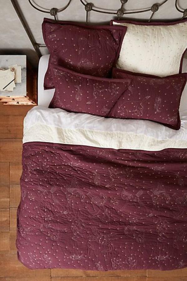 lits-couvre-jeté-lit-coussins-pièce-à-coucher-bordo