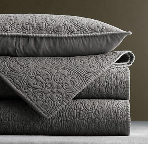 lits-couvre-jeté-lit-coussins-pièce-à-coucher-gris