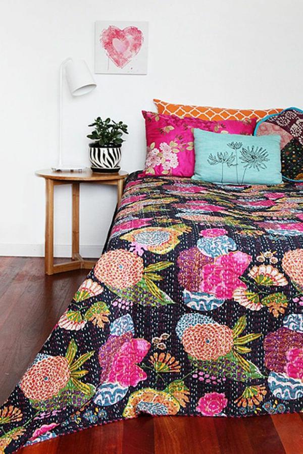 lits-couvre-jeté-lit-coussins-pièce-à-coucher-motif-fleurs