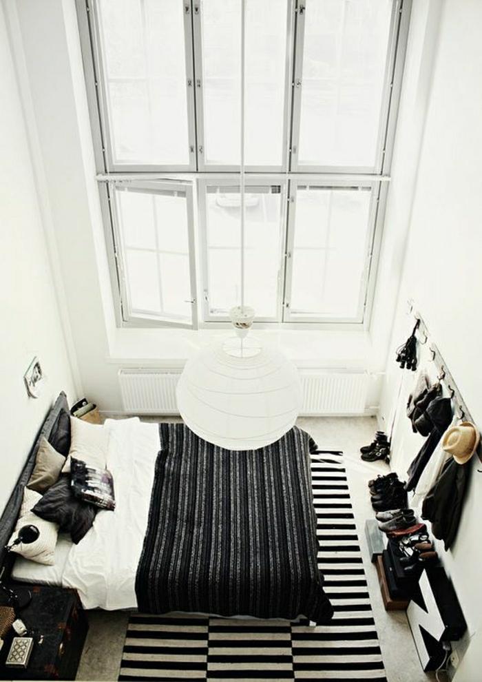 loft-atelier-chambre-vaste-de-couleur-blanc-tapis-blanc-noir-chambre-vaste-lustre-suspendu