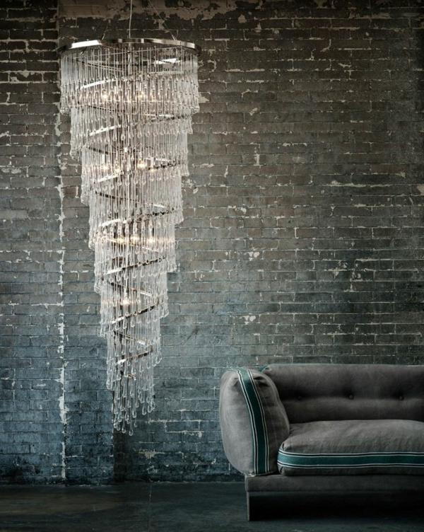 lustre-en-cristal-design-spiral-et-mur-en-briques
