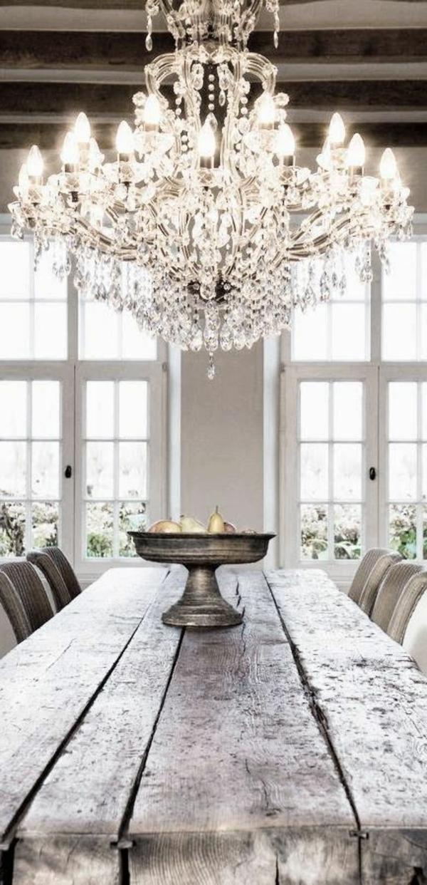 lustre-en-cristal-et-table-en-bois