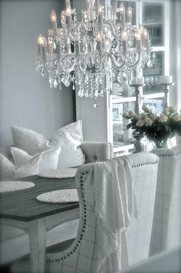 lustre-en-cristal-grandes-chaises-vintage
