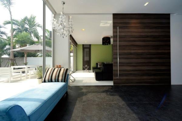 lustre-en-cristal-sofa-bleu-à-côté-de-la-fenêtre
