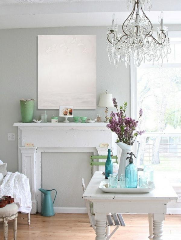 lustre-en-cristal-une-salle-vintage-blanche