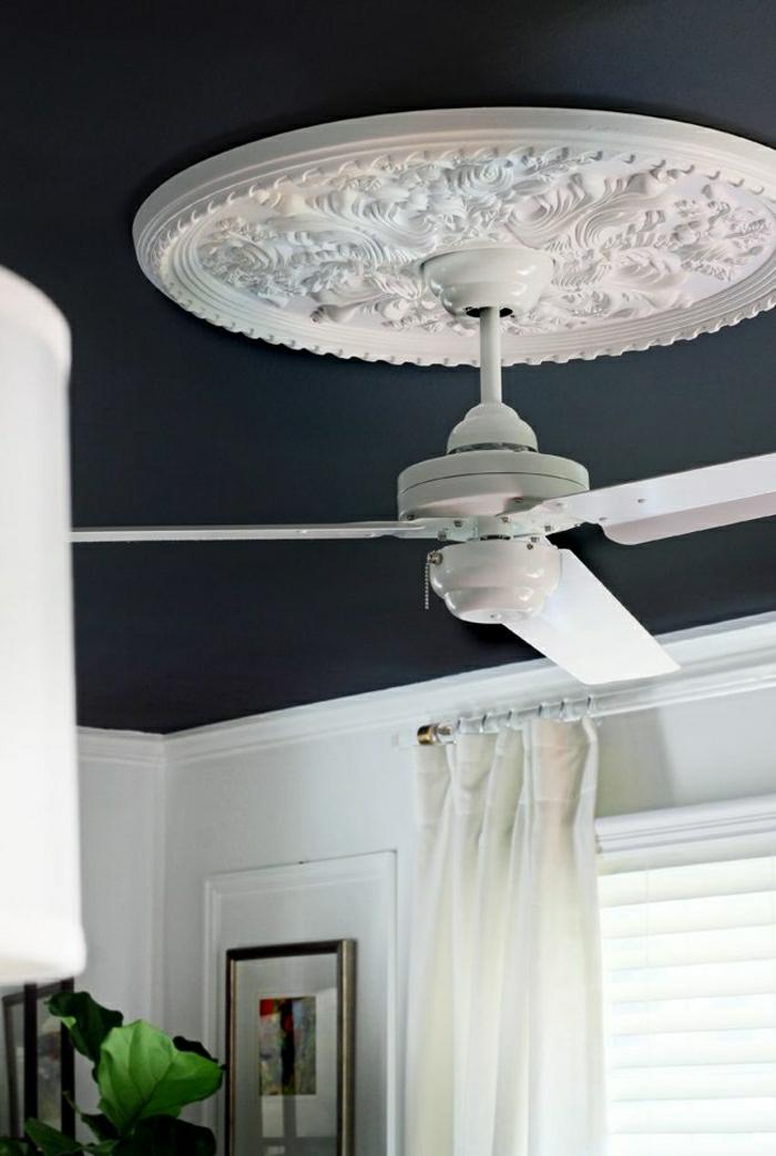 lustre-ventilateur-blanc-toit-gris-rideaux-longs-blancs-fenetre