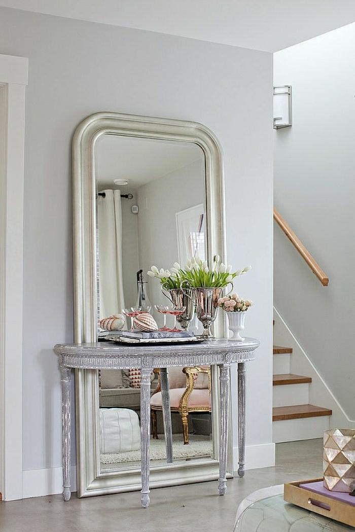 meuble-d-appoint-élégant-fleurs-miroir-grand-escalier-couloir-sol-en-lin-gris